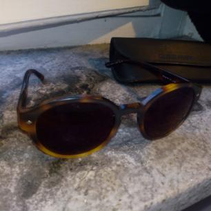 Äkta Giorgio armani solglasögon, priset kan diskuteras. Medföljer Giorgio armani fodral.