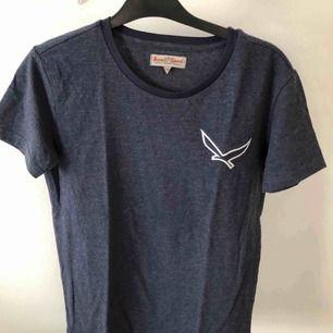 Marinblå t-shirt med ett tryck på sidan! Den är aldrig använd, därav är prislappen kvar. Kan mötas upp i Linköping(östergötland) annars står köparen för frakten. 💕