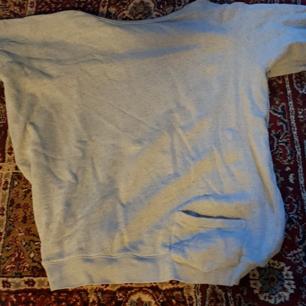 Vailent Clothing   Medium  Stilren, hel & ren tröja som söker ny ägare. 100 % bomull. Mjuk & skön kvalité.   Hör inann den är borta!