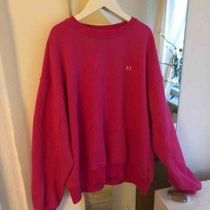 Säljer denna rosa sweatshirten ifrån junkyard, strlk S, (hör av er för intresse)💓🦋💞