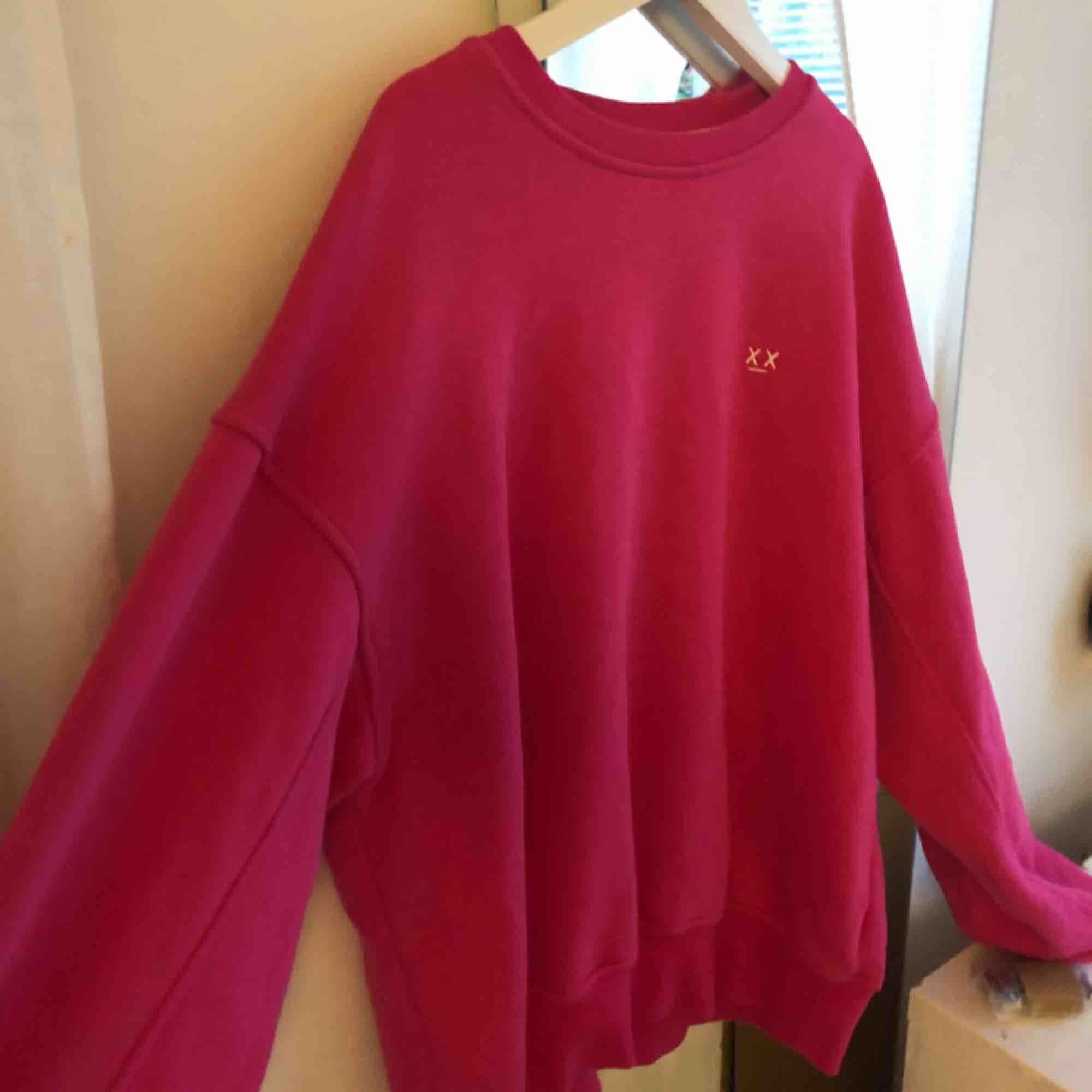 Säljer denna rosa sweatshirten ifrån junkyard, strlk S, (hör av er för intresse)💓🦋💞. Huvtröjor & Träningströjor.