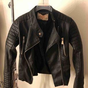 Säljer min moto jacket från chiquelle då jag har en till. Strl. 38 Frakt tillkommer, Betalning sker via swish. Priset kan diskuteras