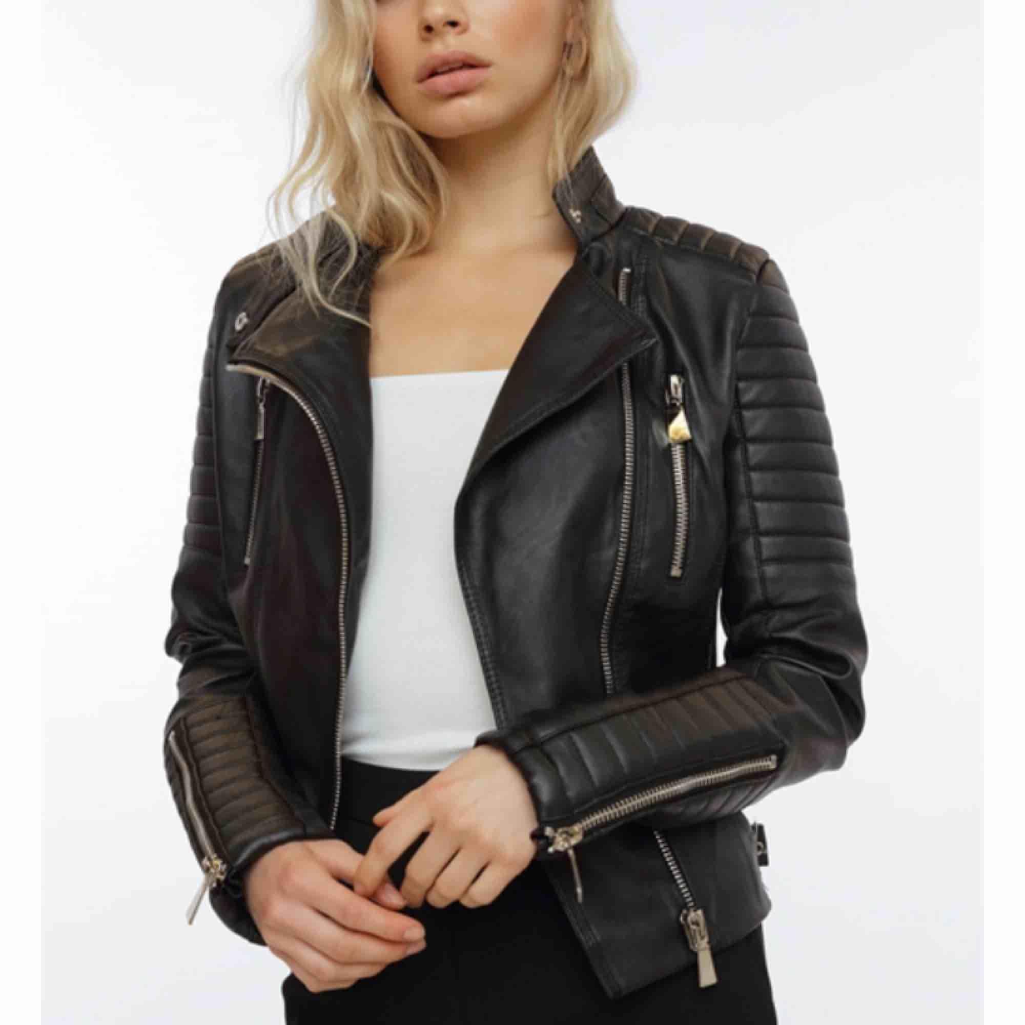 Säljer min moto jacket från chiquelle då jag har en till. Strl. 38 Frakt tillkommer, Betalning sker via swish. Priset kan diskuteras . Jackor.