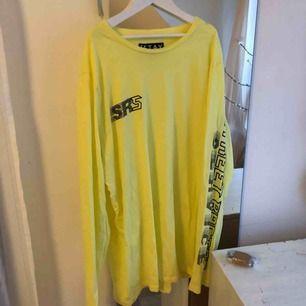 Säljer denna gula tröjan ifrån carlings, strlk M, hör av er för intresse)💓🦋💞