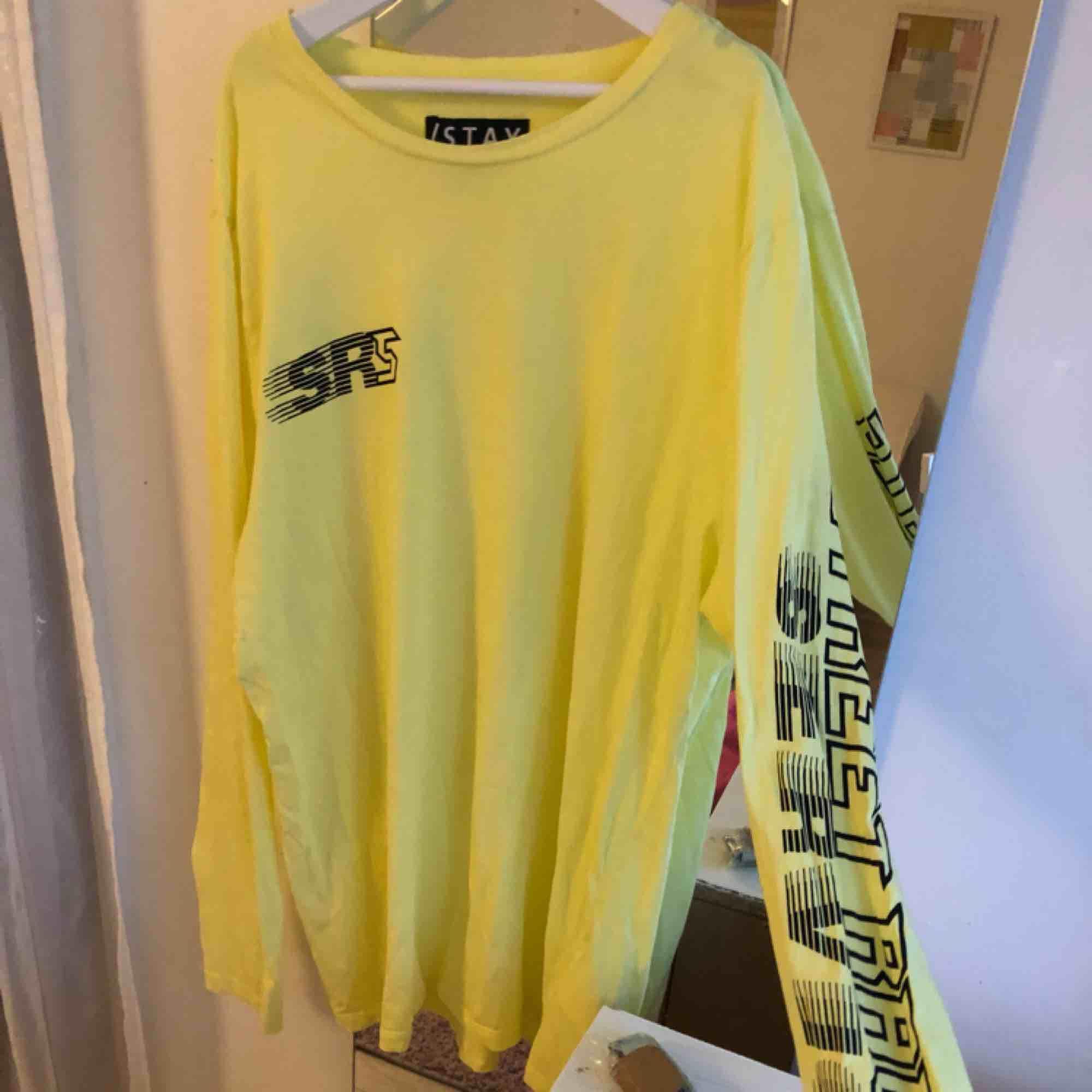 Säljer denna gula tröjan ifrån carlings, strlk M, hör av er för intresse)💓🦋💞. Toppar.