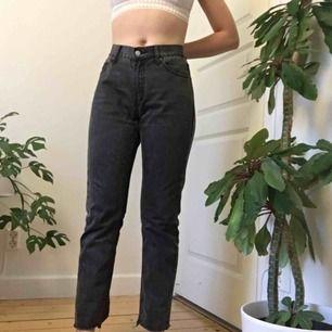 """Svarta """"mom"""" jeans (ish) från Cheap Monday! Använda en gång av mig men köpa second hand. Jag är 166cm. Köparen står för frakten!"""