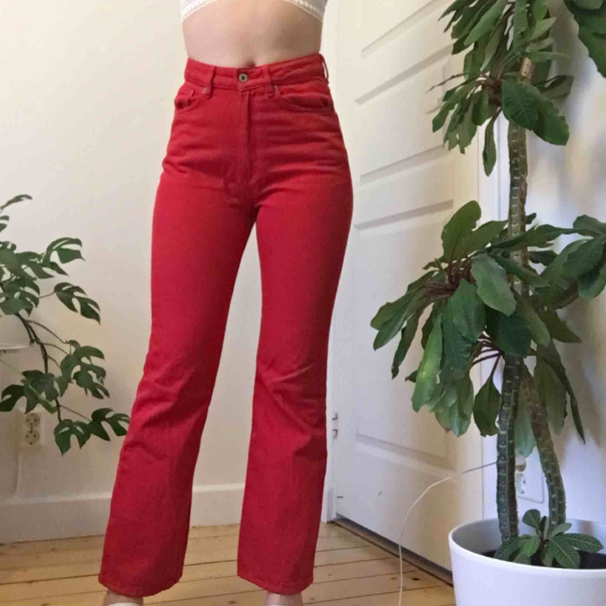Säljer dessa skitsnygga röda raka jeans från H&M då dem inte kommer till användning. Använda ett fåtal gånger. Jag är 166cm. Köparen står för frakt.. Jeans & Byxor.