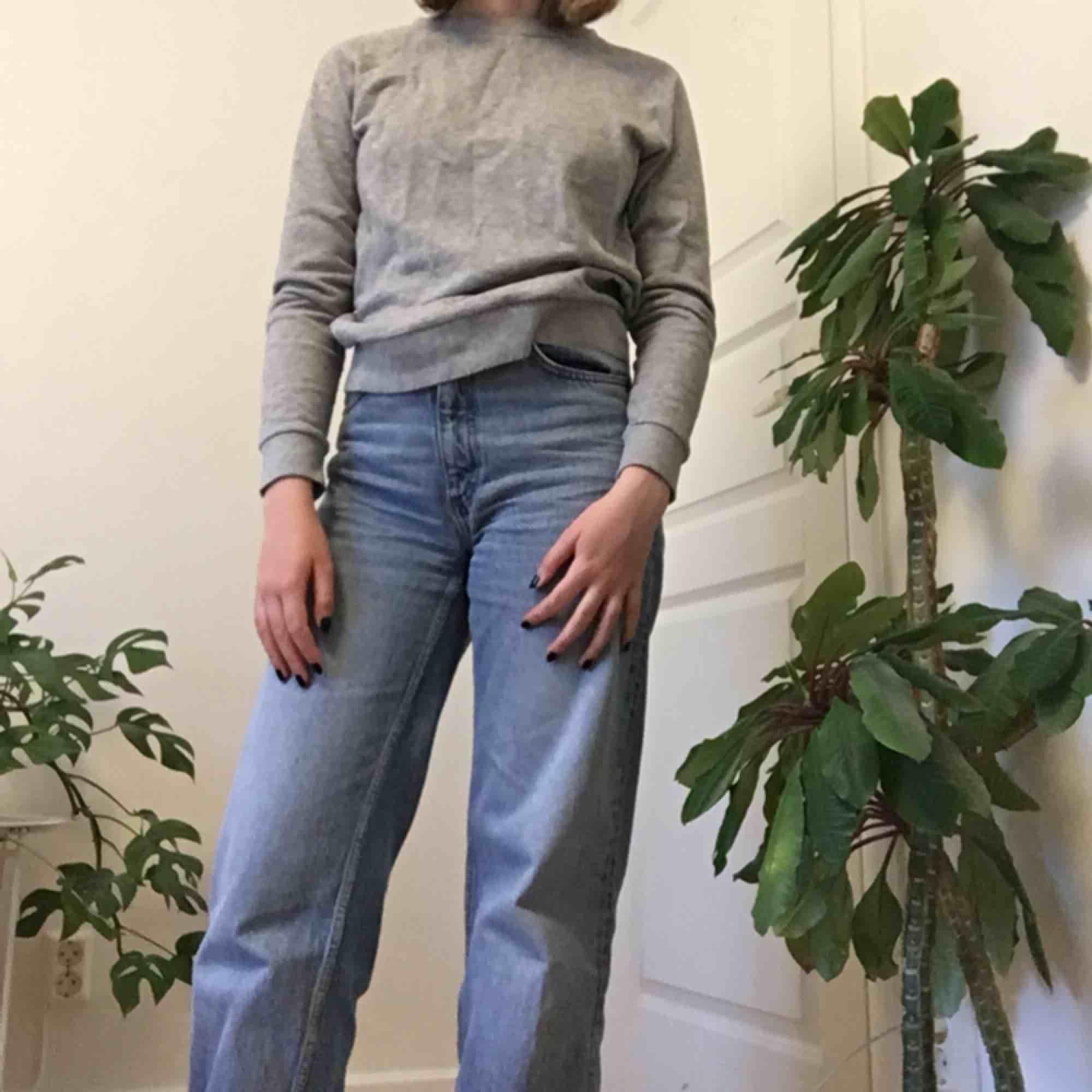 Skitsnygg grå collage tröja från H&M. Knappt använd. Köparen står för frakten!. Huvtröjor & Träningströjor.