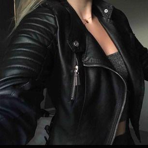 Supersnygg moto jacket köpt på Chiquelle för 600kr Beställde XS men skulle säga att den passar som en S❤️ Du står för frakten