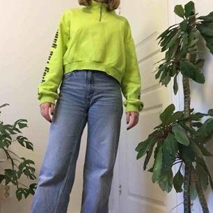 """Häftig limegrön tjocktröja med dragkedja från H&M. På armarna står det """"playing the game"""". Storlek L men sitter mer som M. Knappt använd. Köparen står för frakten."""