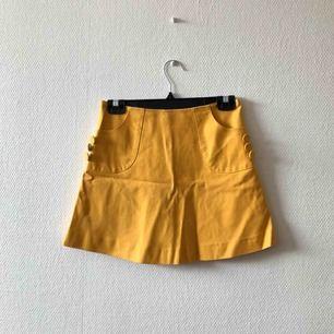 Topp 5 av finaste kjolen som kan hänga i din garderob, catch it while you can! 🐝 | • H&M • Storlek 36, true to size • 100% bomull • Köpt 2hand, välanvänd & älskad. Lite slitage i tyget, bleknat på ett par ställen (bild 3) • + Frakt 59kr