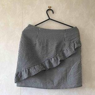 Mini kjol med volang i storlek Small, den har dragkedja på baksidan, säljer den eftersom den inte riktigt passar mig längre. Men den ör i bra skick!