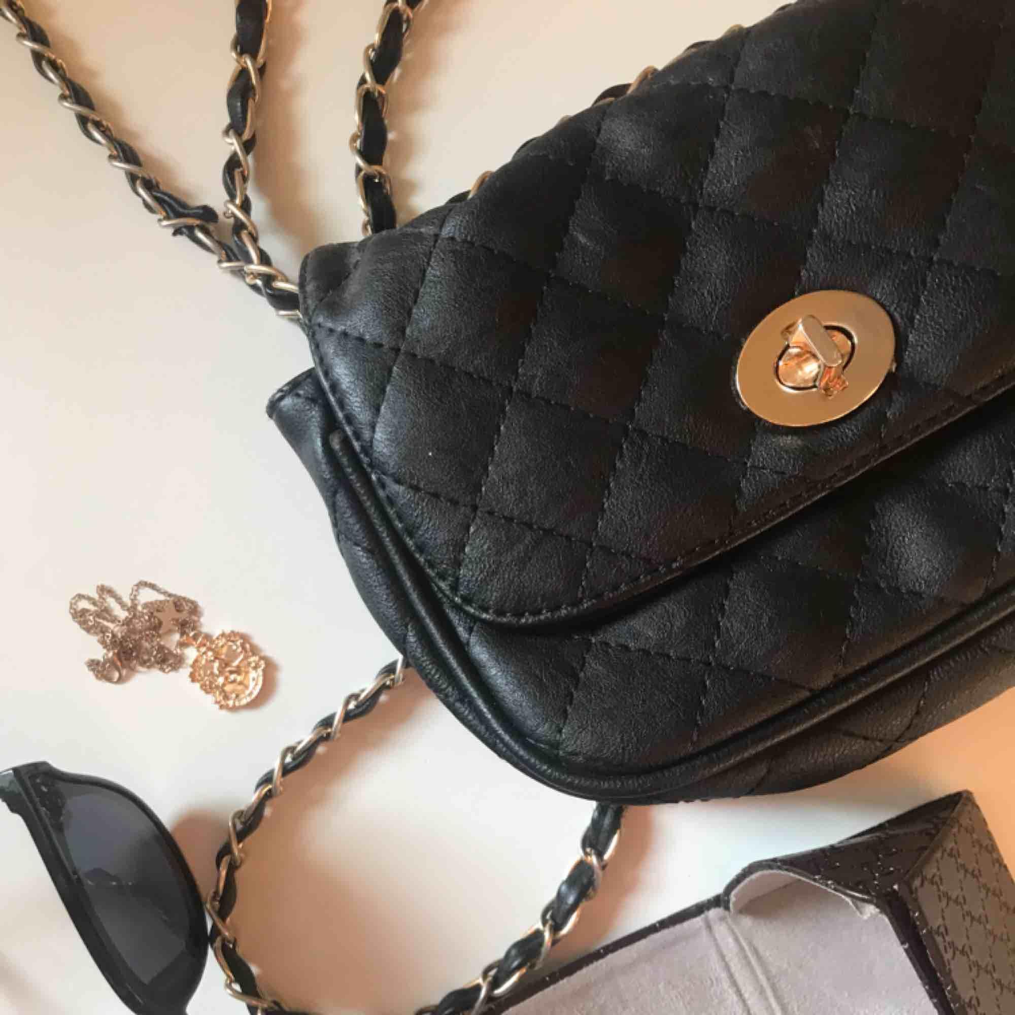 Fin och trendig handväska Inköpt för ca 2 år sedan men den är i bra skick! Väskan är i en smidig storlek och har två mindre fack. Väskor.