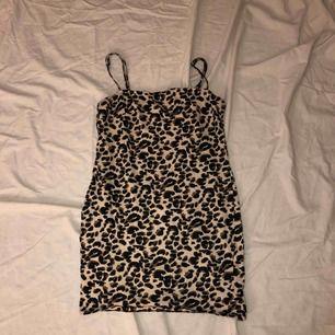 oanvänd leopard klänning ifrån Nelly! Relativt kort. Storlek XS. Köparen står för frakt.