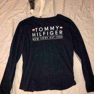Tommy hilfiger tröja ifrån kidsbrandstore använd fåtal gånger! Skulle säga storlek M. Köparen står för frakt!