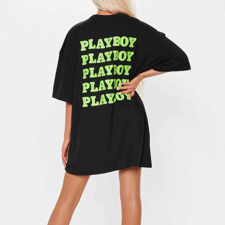 Säljer min Playboy T-shirt, min är vit med lila Playboy märke och bokstäver. Super snygg men har 2 behöver ej 2. (Overzise). Skjortor.