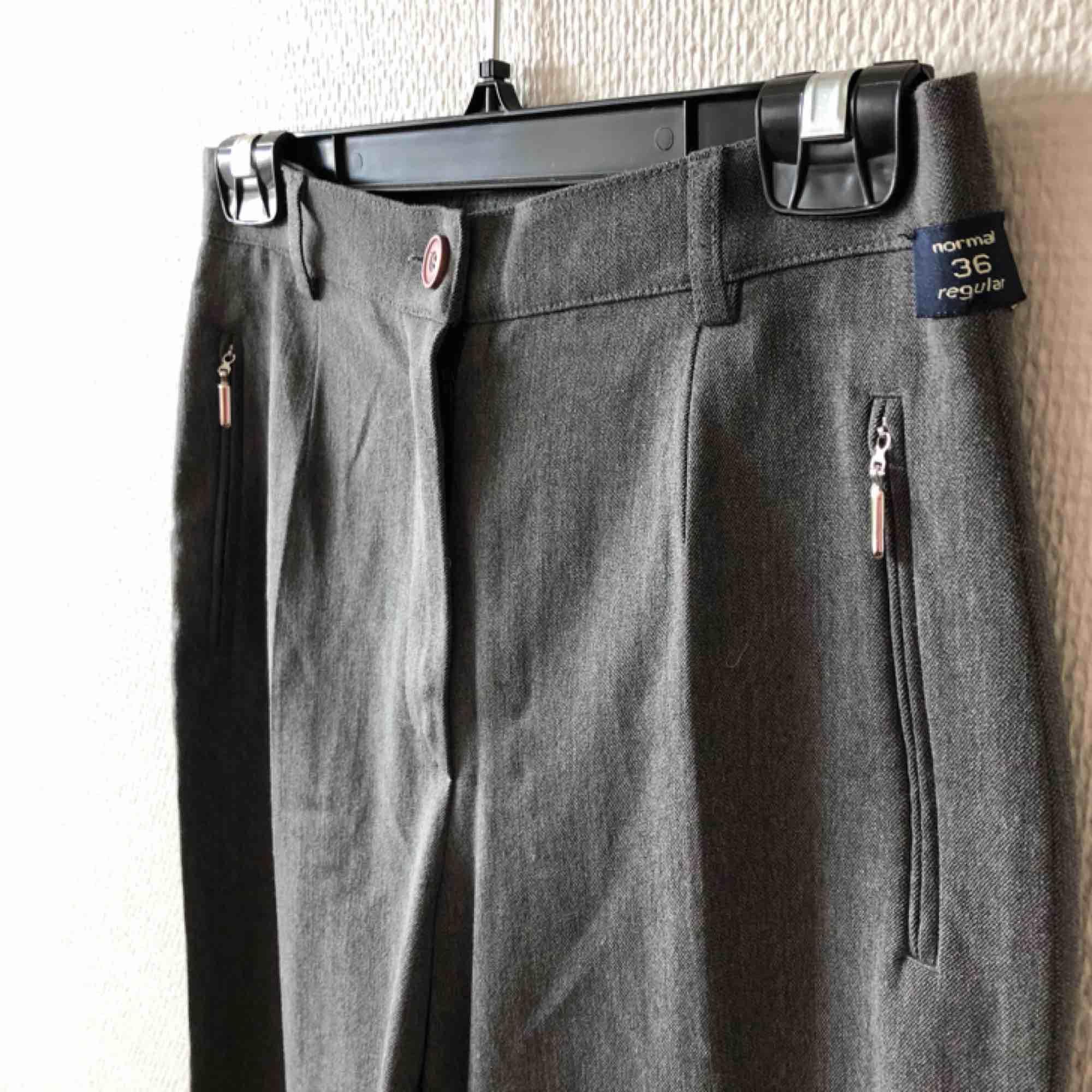 Klassiska och ursnygga kostymbyxor/gubbyxor, passa på! Tjockare i materialet | • D&N De Raad • Storlek 36, något mindre i storlek • Härlig mix av material, se bild 3 • Sparsamt använda, superfint skick • + Frakt 59kr . Jeans & Byxor.