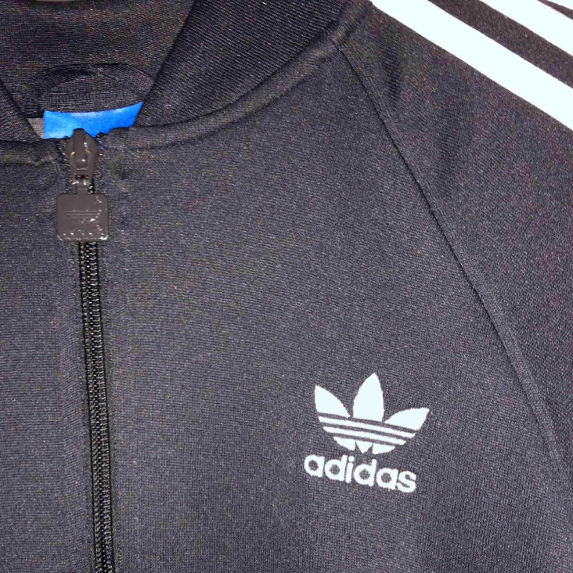 Adidas tracksuit kofta som är knappt använd!. Tröjor & Koftor.
