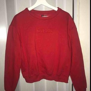 Röd sweatshirt från HM köpt i vintras, endast använd 1-2 ggr