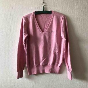 Superfin jumper i vacker rosa nyans, billigt pris pga obehandlad fläck, se bilder | • Gant • Storlek okänd, uppskattas till large • 100% bomull • Köpt 2hand, fint begagnat skick med obehandlad fläck framtill • + Frakt 63kr spårbart