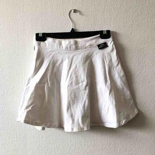 A-linje kjol med vackert flow, vit denim i fin kvalitet | • Dr Denim • Storlek small, true to size • Bomull & elastan • Sparsamt använd, mycket fint skick • + Frakt 59kr