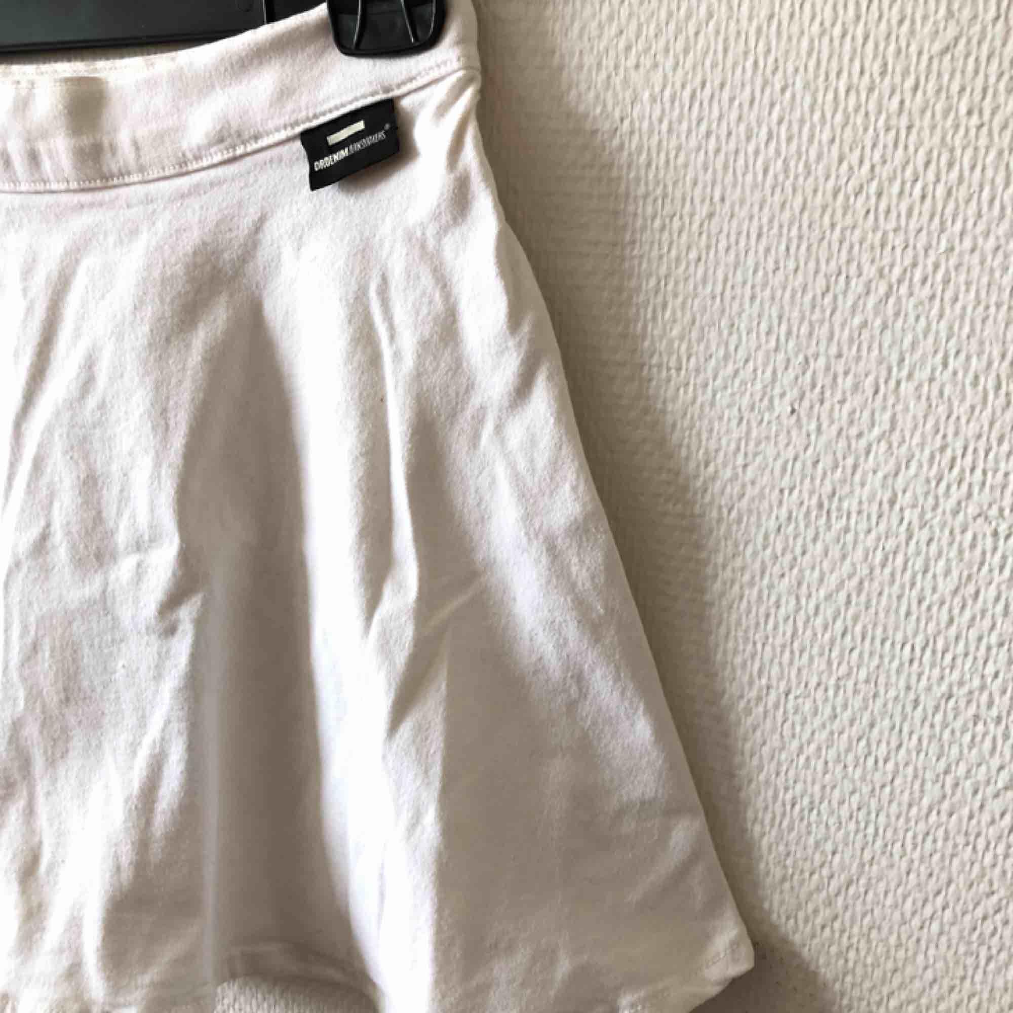 A-linje kjol med vackert flow, vit denim i fin kvalitet | • Dr Denim • Storlek small, true to size • Bomull & elastan • Sparsamt använd, mycket fint skick • + Frakt 59kr . Kjolar.