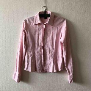 Finaste skjortan söker nytt kärleksfullt hem, matchas med fördel inhoppad i höga jeans | • Gant • Storlek 38, passar även 36 mycket fint • 98% bomull & 2% elastan • Sparsamt använd, som ny! • + Frakt 59kr