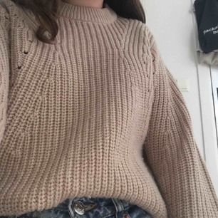 Jättemysig stickad tröja från Gina tricot köpt för 250kr. Jätte passande på kyliga sommarkvällar. Köpare står för frakt kan även mötas upp i Uppsala. Skriv för fler bilder eller diskussioner om pris. Jättefint skick!