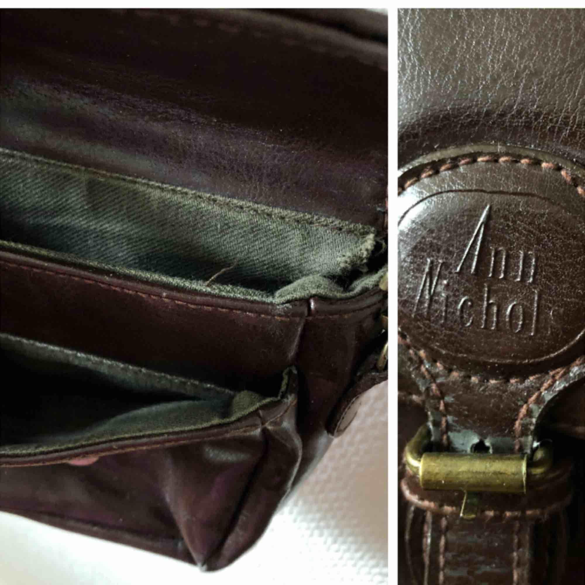 Söt liten väska när du inte behöver så mycket, ett större & ett mindre fack | • Ann Nicols • Liten, mått kan fås på förfrågan • Osäker men tror det är äkta skinn/läder • Begagnat skick så har små skavanker & platina, mycket kvar att ge • + Frakt 59kr . Accessoarer.