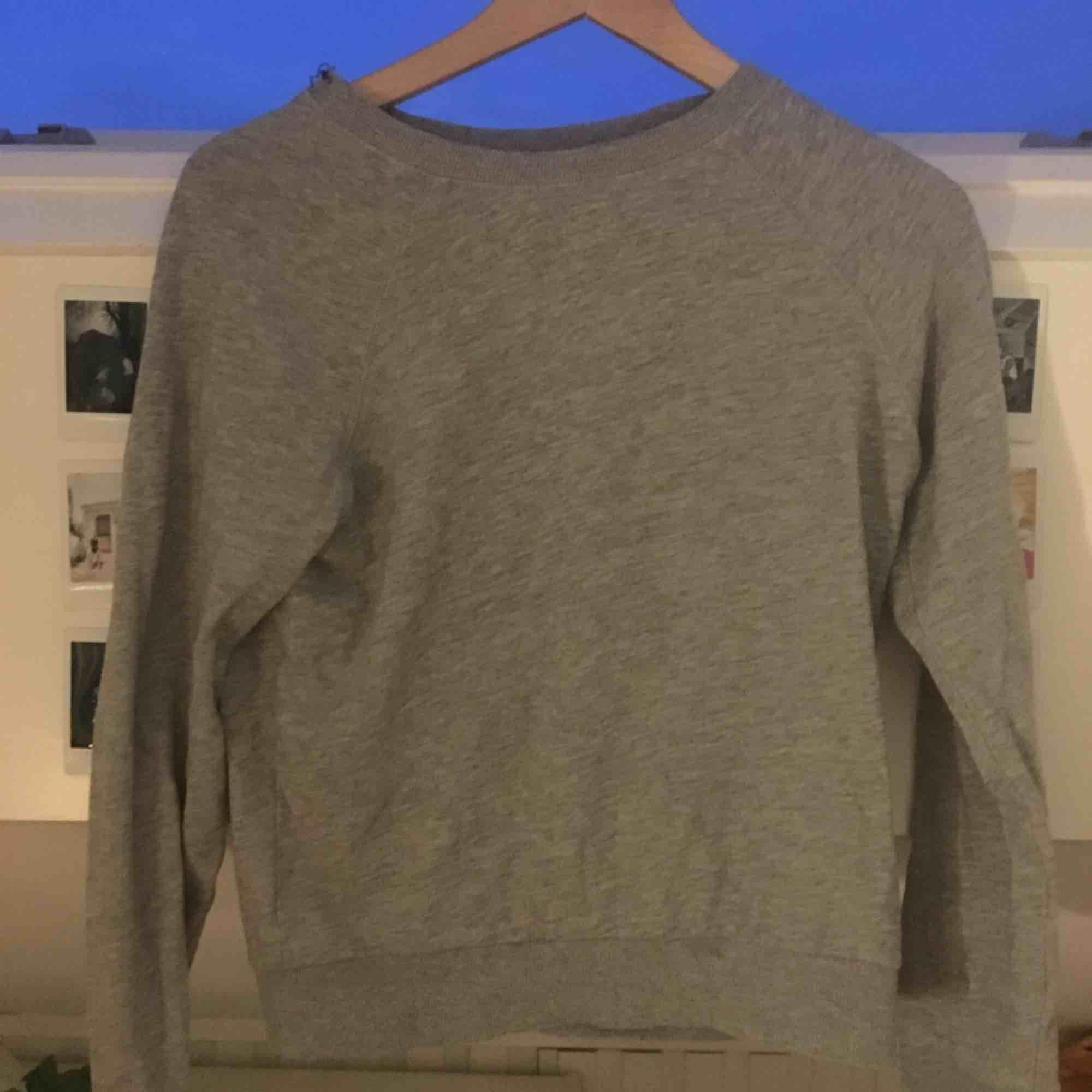 Superskön tröja från hm i superfint skick. Köpare står för frakt kan även mötas upp i Uppsala. . Tröjor & Koftor.