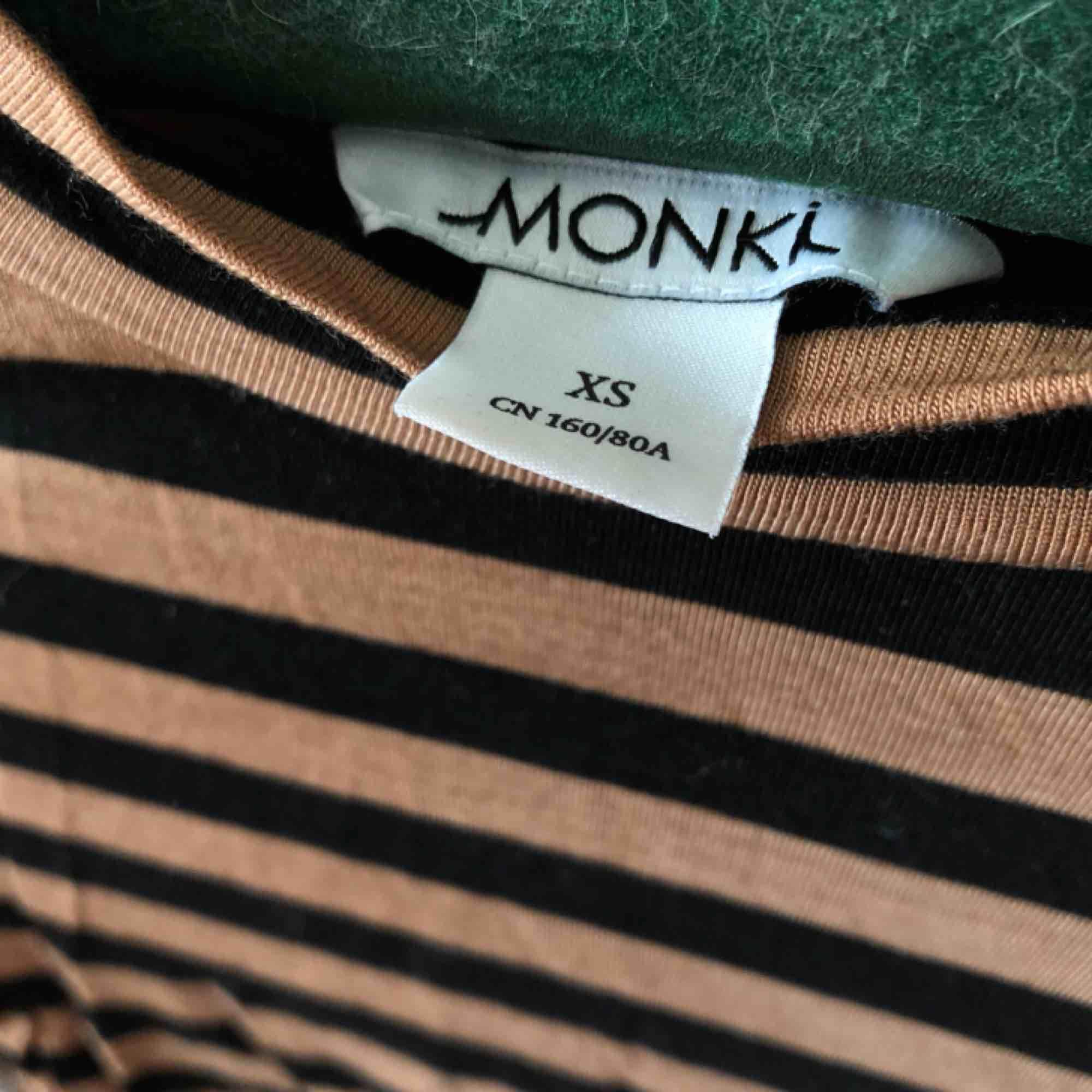 Finaste toppen, svart/brun randig och sådär riktigt tunn & skön på | • Monki • Storlek XS, true to size • 95% lyocell & 5% elastan • Knappt använd, superfint skick • + Frakt 42kr . Toppar.