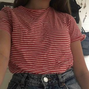 Supermysig t shirt ifrån Zara. Nyskick och passar perfekt att stoppa in i ett par shorts eller kjol. Köpare står för frakt kan även mötas upp i Uppsala. Pris kan diskuteras