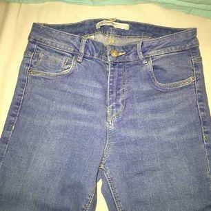 Säljer ett par jeans från Zara. Använda två gånger, fint skick! Högmidjade, fin klarblå färg. Priset kan sänkas vid snabb köp.