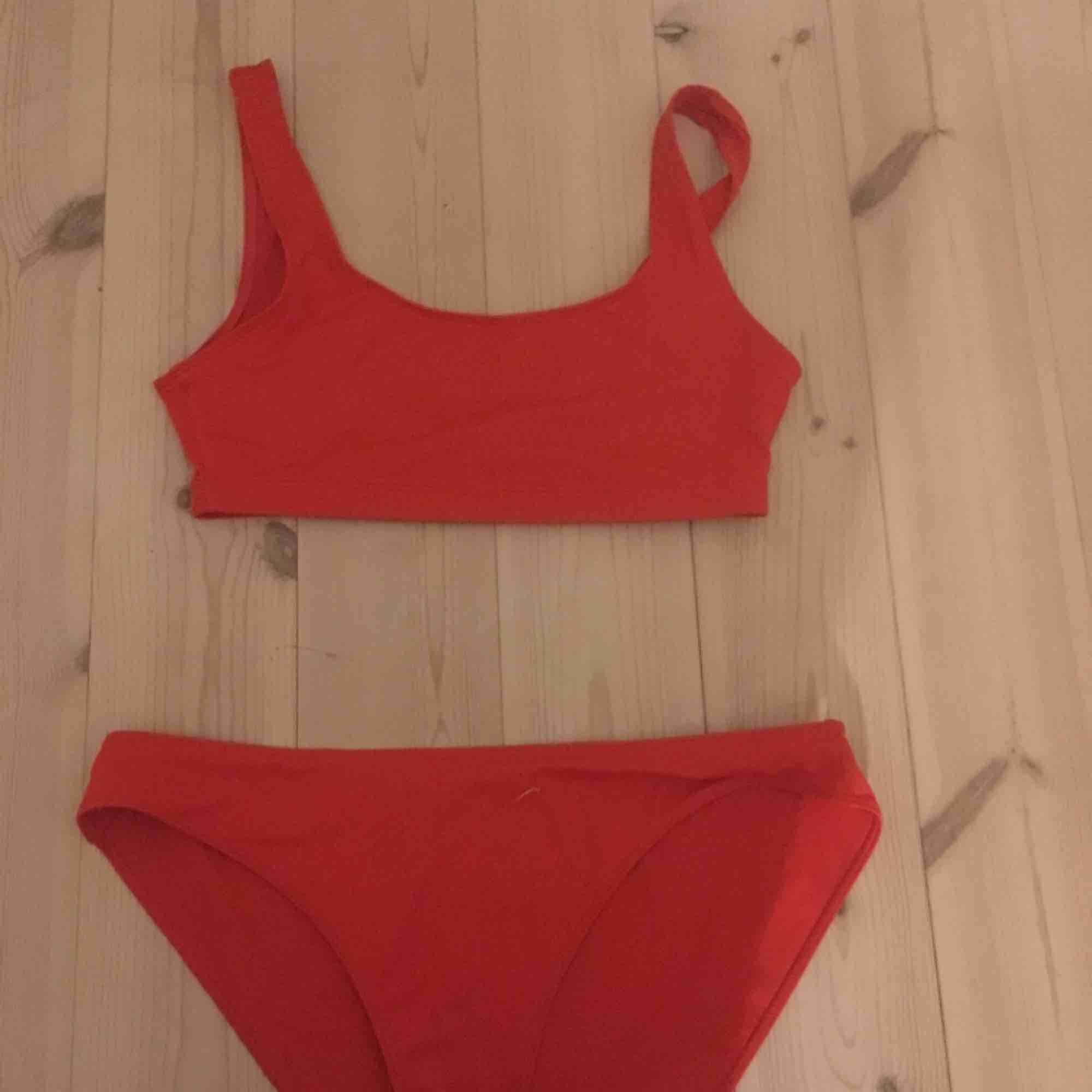 Röd bikini från monki aldrig använd. Underdelen är i M och överdelen i S, underdelen passar mig som oftast har S. Jättefina på, en del för 60kr båda för 100kr. Köpare står för frakt kan även mötas upp i uppsala. Övrigt.