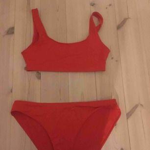 Röd bikini från monki aldrig använd. Underdelen är i M och överdelen i S, underdelen passar mig som oftast har S. Jättefina på, en del för 60kr båda för 100kr. Köpare står för frakt kan även mötas upp i uppsala