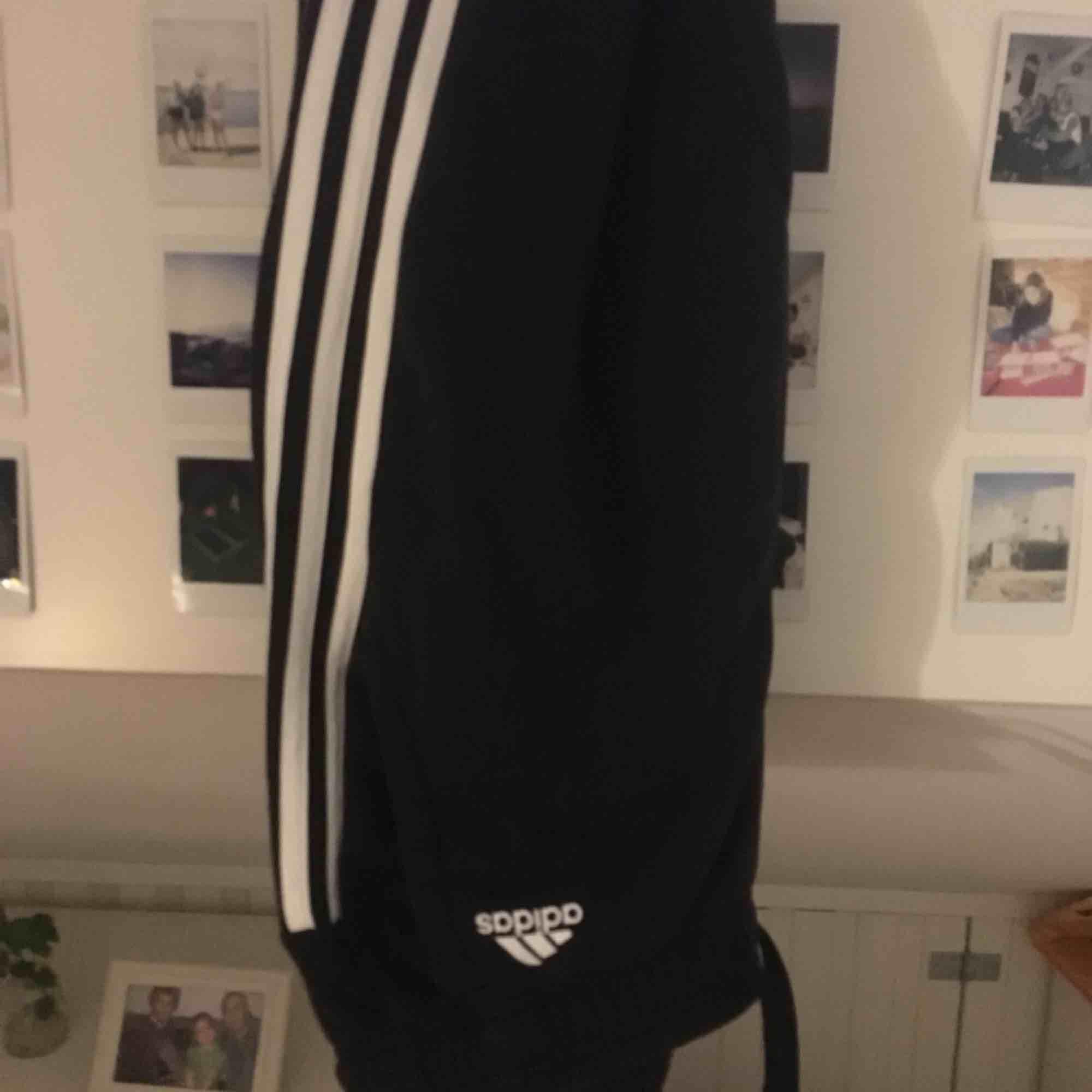 Svarta adidas mjukisbyxor i superfint skick. Står inte storlek men passar mig med S men de kan vara XS. Köpare står för frakt kan även mötas i Uppsala pris kan diskuteras. Jeans & Byxor.