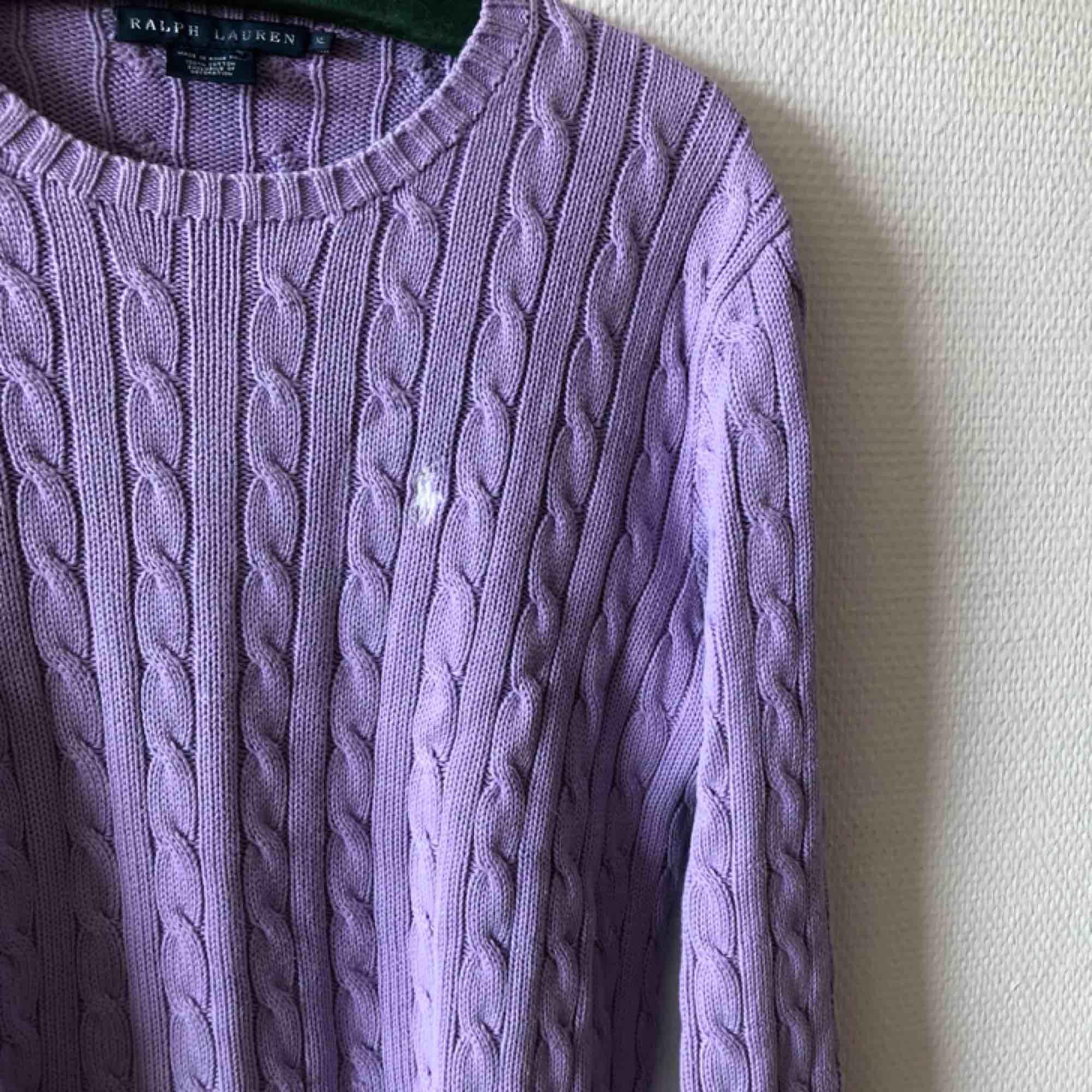 Lila kabelstickad jumper coming your way! Fanatisk färgklick i garderober | • Ralph Lauren • Storlek XL, sitter även fint på L • 100% bomull • Fint begagnat skick, smått slitage vid kragen - se bild 3 • + Frakt 63kr spårbart . Tröjor & Koftor.