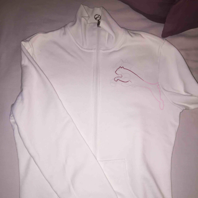 Puma kofta använd en gång. Som ny! Storlek S. Tar emot Swish, kom och köp! . Huvtröjor & Träningströjor.