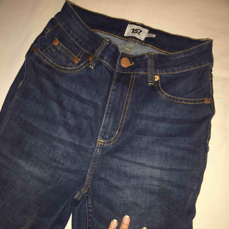 Modellen SNAKE. Högmidjade, fin mörkblå färg. Använda en gång. Kommer till ankeln på mig som är 1,60. . Jeans & Byxor.