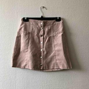 Puderrosa dröm till kjol i trendig modell | • H&M Divided • Storlek 36, true to size • 100% polyester • Köpt 2hand, fint begagnat skick men något nedsliten i tyget på några ställen • + Frakt 42kr