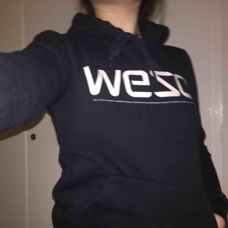 Snålt använd WESC hoodie med snören. Först till kvarn!. Huvtröjor & Träningströjor.