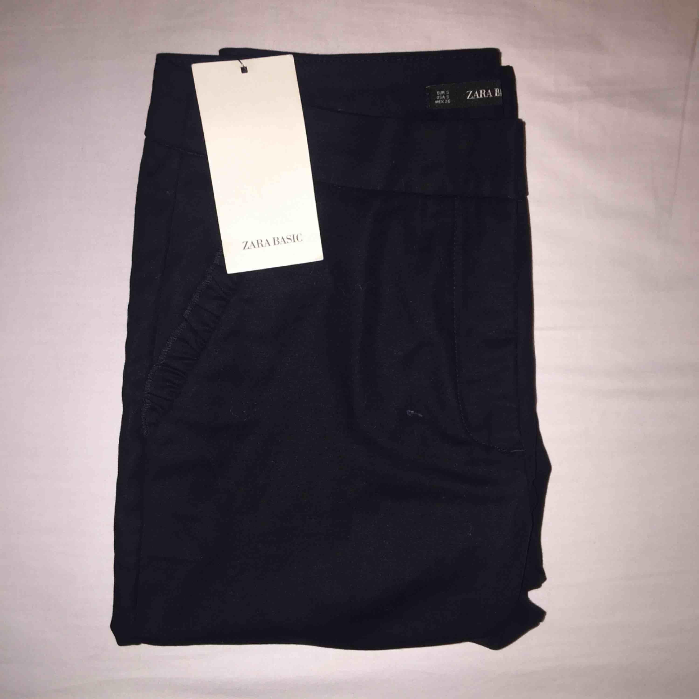 Kostymbyxor från Zara. Lapp kvar. Inköpt för 349 kr. . Jeans & Byxor.