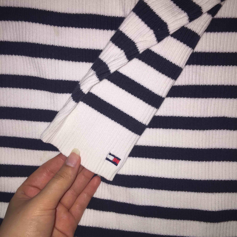 Snålt använd Tommy Hilfiger tröja. Finstickad, ribbad. Betalning sker via swish!. Stickat.