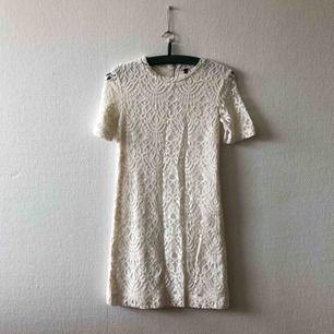 Sagolik spetsklänning som vill bli buren med kärlek | • H&M Divided • Storlek 36, tajt så vill en ha den luftigare sitter den fint på en 34 • För material, se bild 3 • Mycket sparsamt använd, superfint skick • + Frakt 59kr