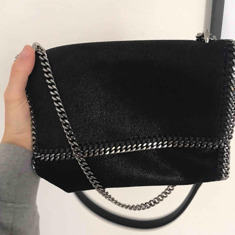 Ny väska, kvitto, påse och dustbag finns! Snygg modell. Väskor.