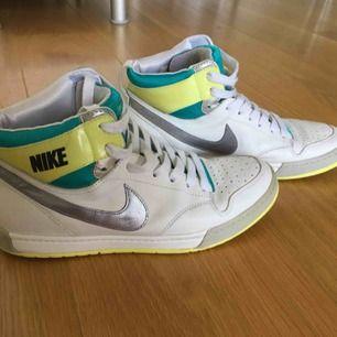 Nike sneakers. Inköpta på KARLTEX, Gbg. Strl: EU 40, UK 6, 25.5 cm. Jag har normalt strl 39 men dessa passar. Fint skick!