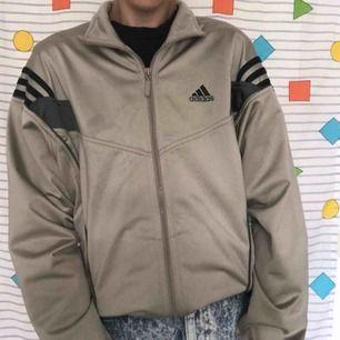 ⚡️Skitcool⚡️♻️vintage♻️ Adidas tröja i en fin brun/grå färg ⚠️ Den är så unik, använd på sommarkvällar eller till hösten 😍 Frakten ligger på 72kr 📨