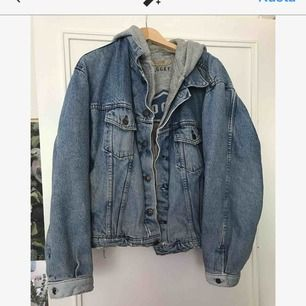 Riktigt soft jeansjacka med inbyggd hoodie. Superskön. Storlek S-L beroende på hur baggy man vill att den ska vara. (280 pp, 180 om vi möts upp)