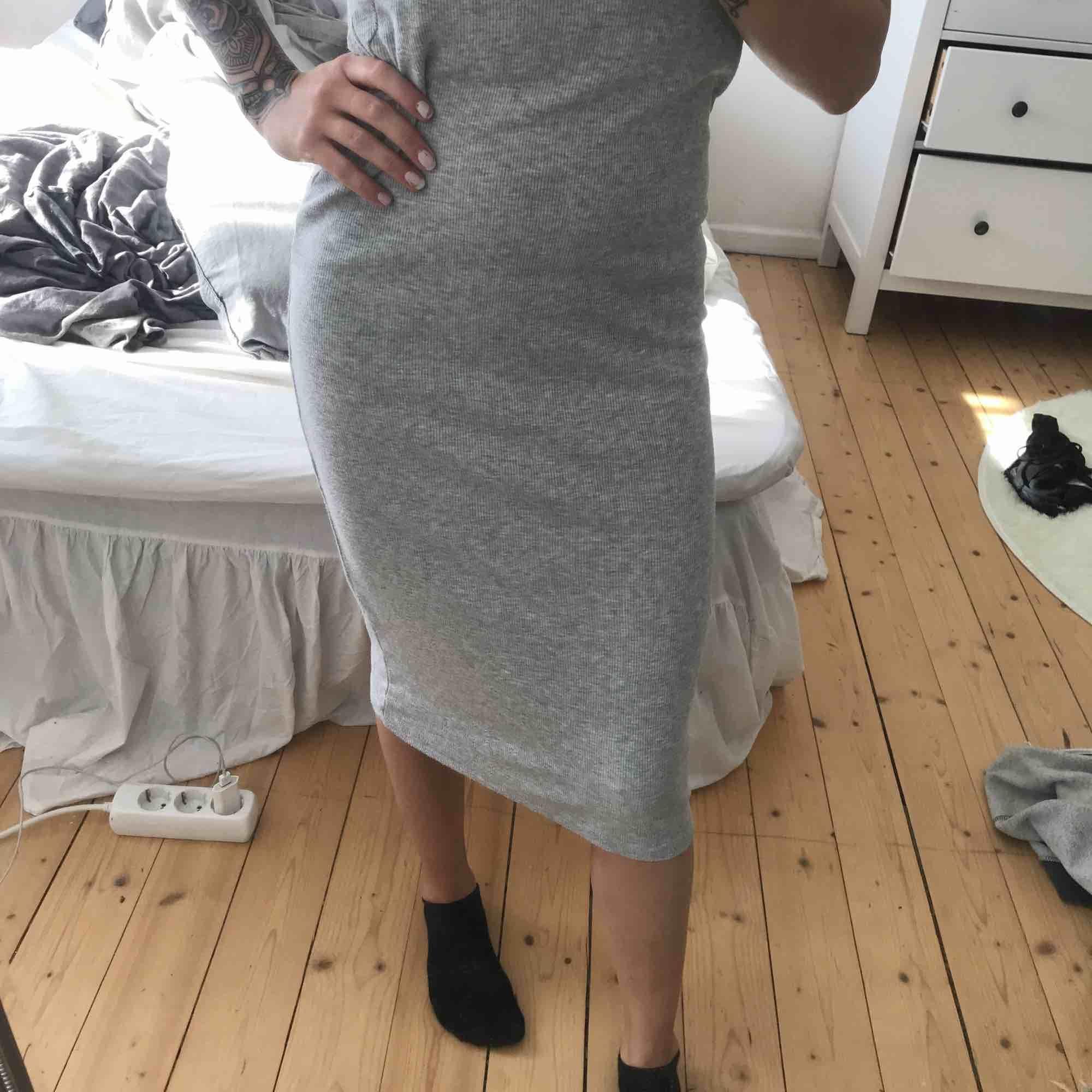 Klänning från Gina tricot använd en sommar. Jag är kort så den kanske hamnar vid knäna eller ovanför på  del flesta🤷🏼♀️😊FRAKT INGÅR🌸 pris kan alltid diskuteras . Klänningar.