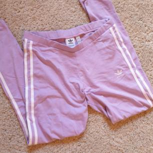Ett par tights från Adidas i ljus lila färg, använda endast en gång! Fraktas enkelt och snabbt 🌸